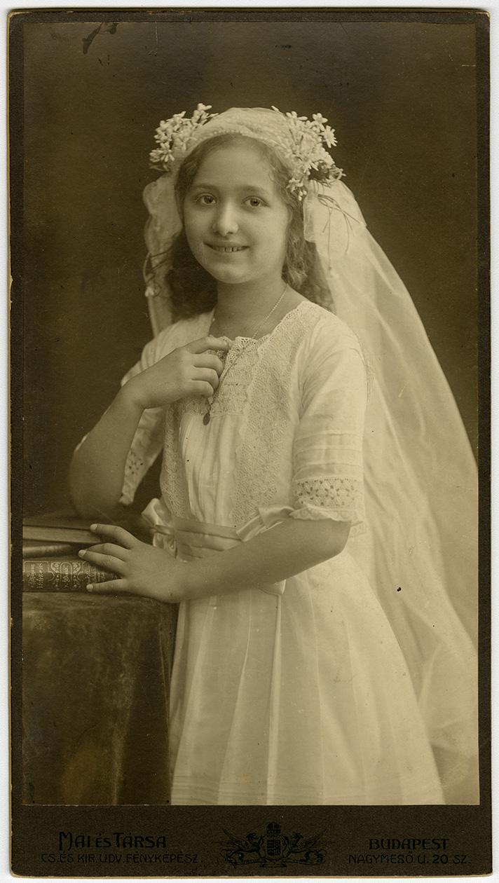 Fotó: Mai Manó: Elsőáldozó lány, 1905 k. © FSZEK Budapest Gyűjtemény, Fotótár