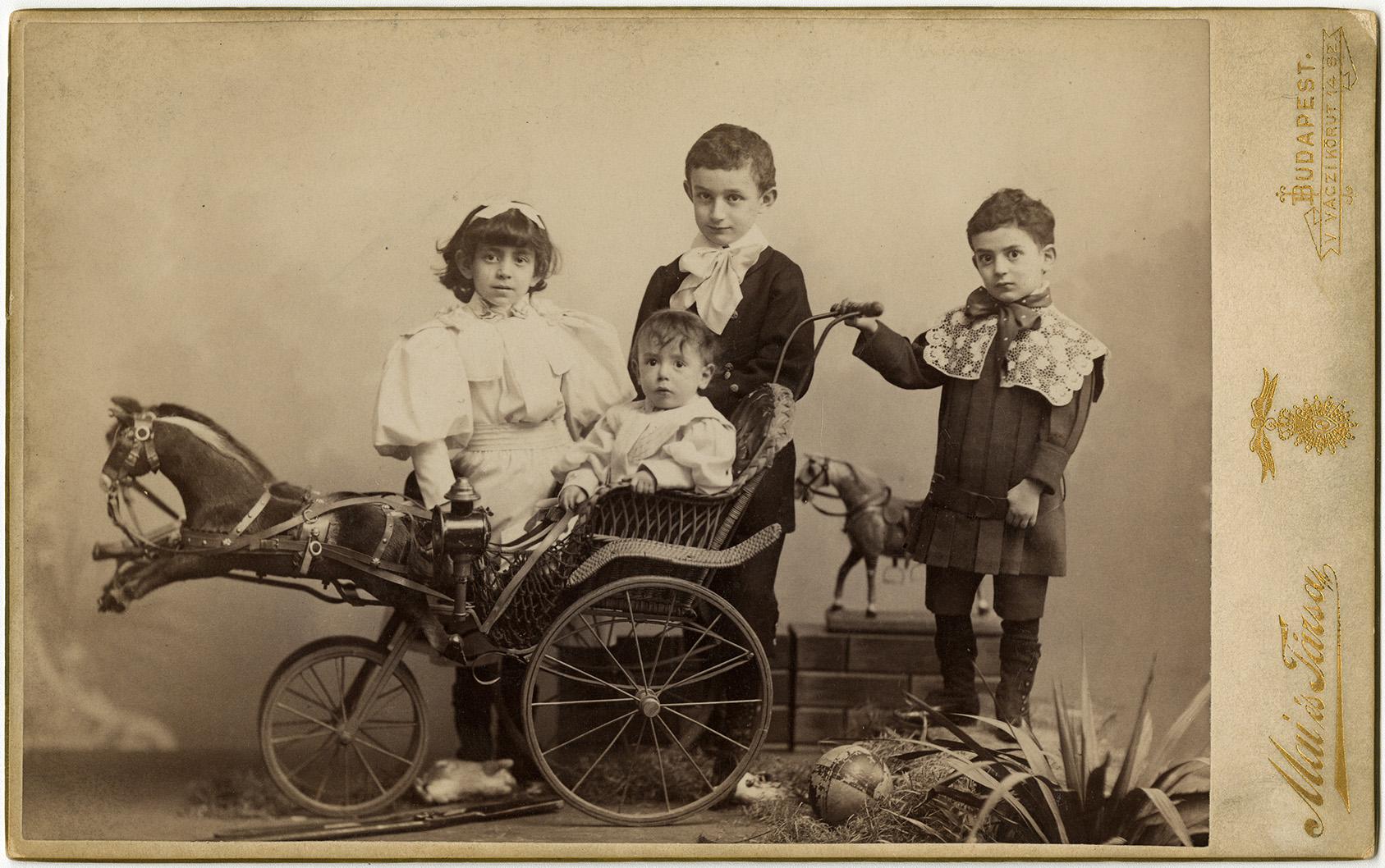 Fotó: Mai Manó: Gyermek csoportkép játékkocsival. 1890 © FSZEK Budapest Gyűjtemény, Fotótár