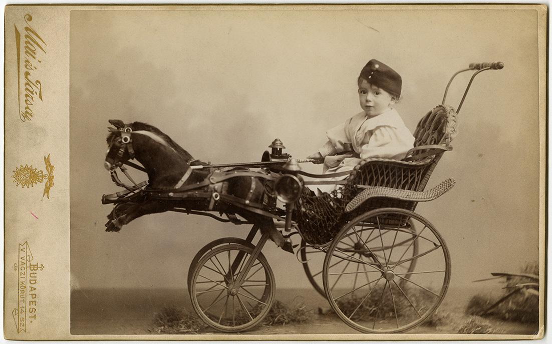 Fotó: Mai Manó: Katonasapkás kisfiú játékkocsiban,  1890 k. © FSZEK Budapest Gyűjtemény, Fotótár