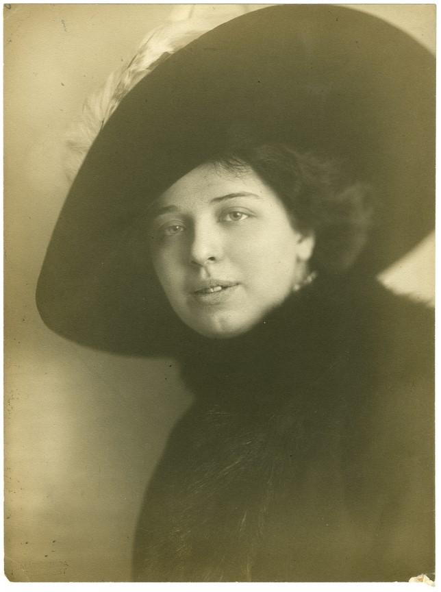 Fotó: Máté Olga: Fiatal nő portréja.1912 k. brómolajnyomat © Magyar Fotográfiai Múzeum