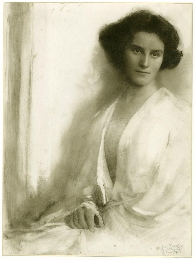 Fotó: Máté Olga: Fehér ruhás nő portréja. 1915 k. © Magyar Fotográfiai Múzeum