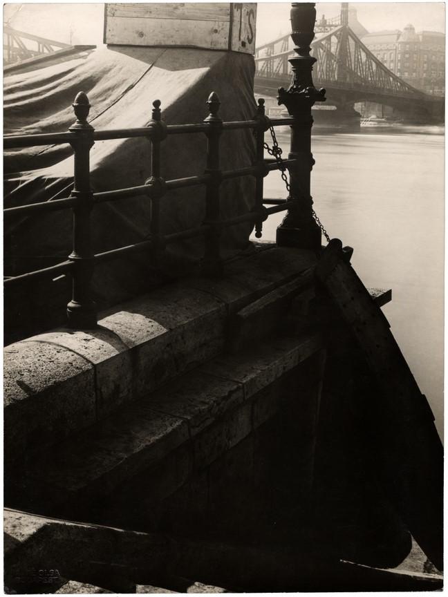 Fotó: Máté Olga:. Hajóállomás a Szabadság-híddal 1920-as évek vége zselatinos ezüst © Magyar Fotográfiai Múzeum