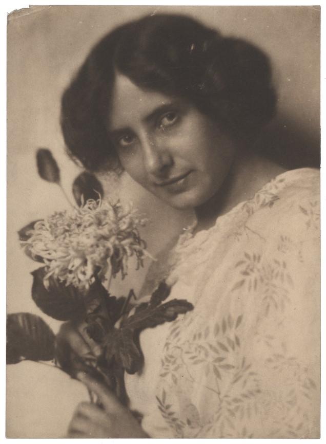 Fotó: Máté Olga: Önarckép virággal. 1910 k. © Magyar Fotográfiai Múzeum