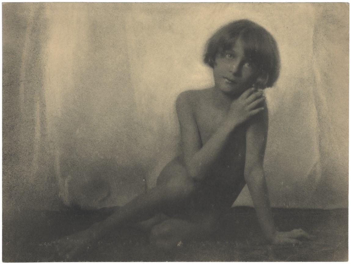 Fotó: Máté Olga: Fiúakt. 1923. brómolajnyomat © Magyar Fotográfiai Múzeum