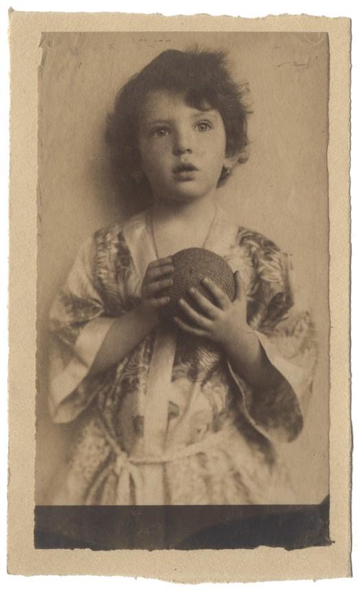 Fotó: Máté Olga: Kislány labdával. 1914 © Magyar Fotográfiai Múzeum