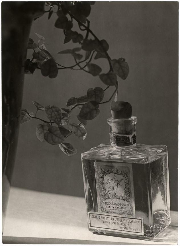 Fotó: Máté Olga: Kölnivíz reklám. 1920-as évek 2. fele, brómezüst zselatin © Magyar Fotográfiai Múzeum