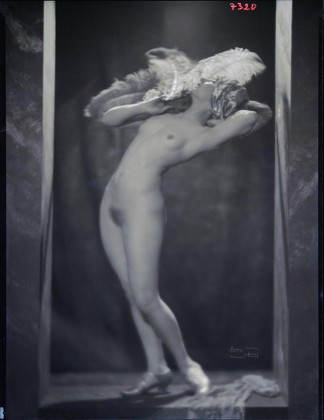 Fotó: Pécsi József: Nyugalom (Akt legyezővel), 1927 © Magyar Fotográfiai Múzeum