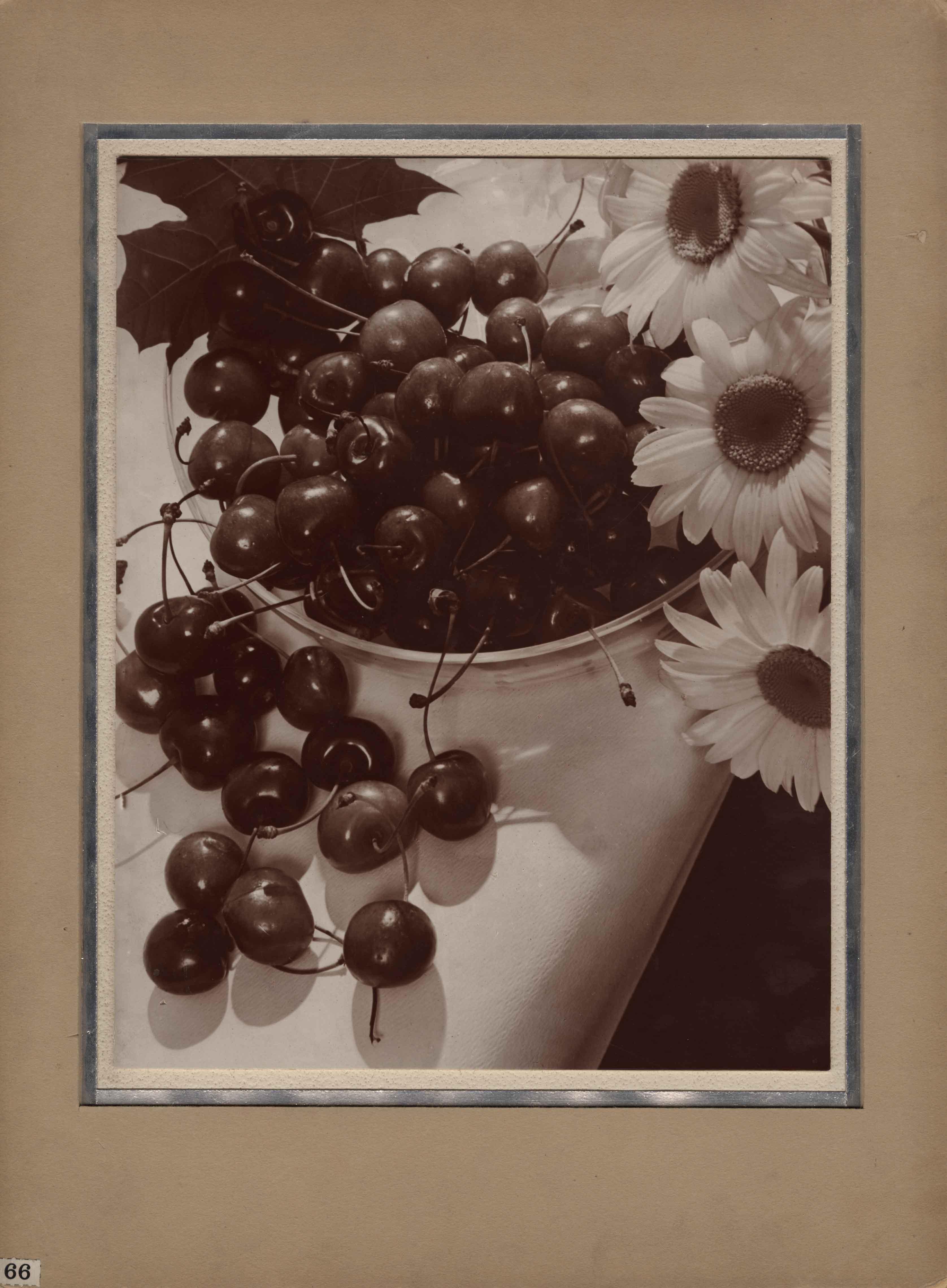 Fotó: Pécsi József: Cseresznye tálban, 1930-as évek © Magyar Fotográfiai Múzeum