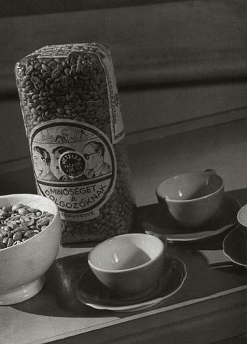 Fotó: Pécsi József: Minőséget a dolgozóknak! Kávéreklám, 1952 k. © Magyar Fotográfiai Múzeum