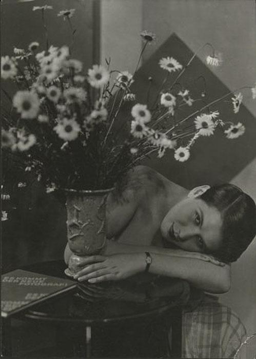 Fotó: Pécsi József: Rozi margarétával, 1932 © Magyar Fotográfiai Múzeum