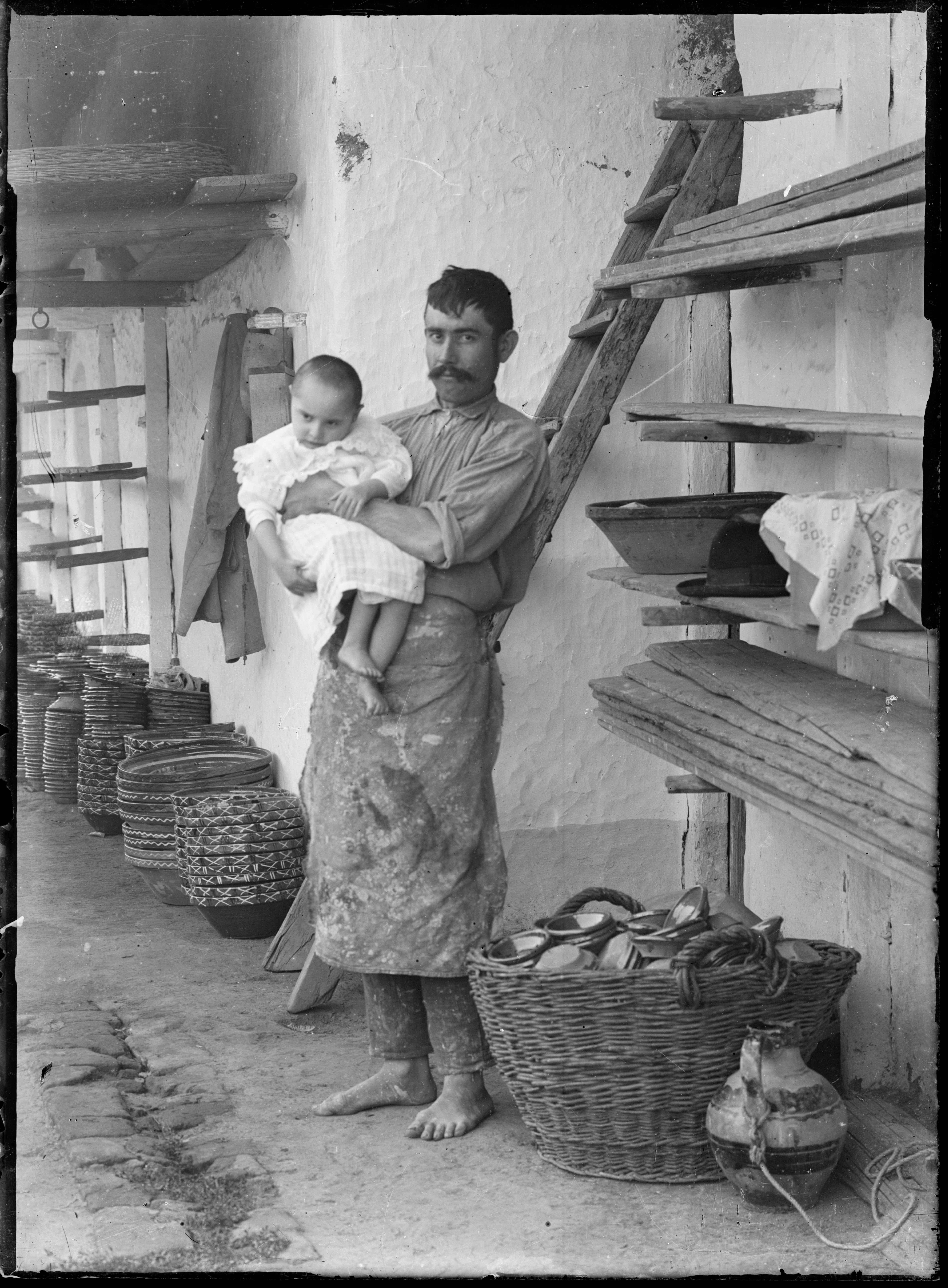 Fotó: Plohn József: Fazekas gyermekével. © Tornyai János Múzeum gyűjteménye, Hódmezővásárhely