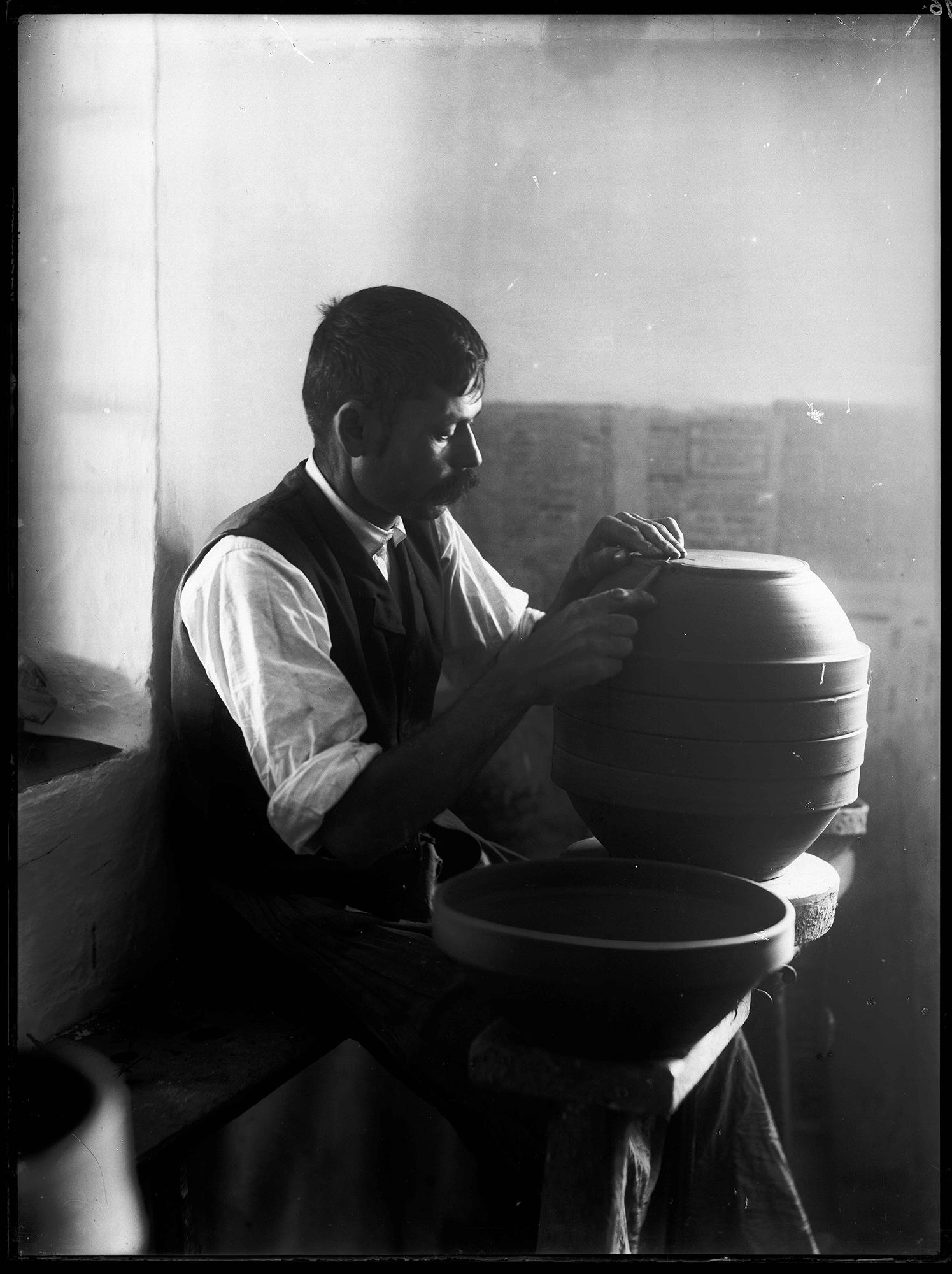 Fotó: Plohn József: Akasztólyuk készítése a fal fenékszögébe. © Tornyai János Múzeum gyűjteménye, Hódmezővásárhely