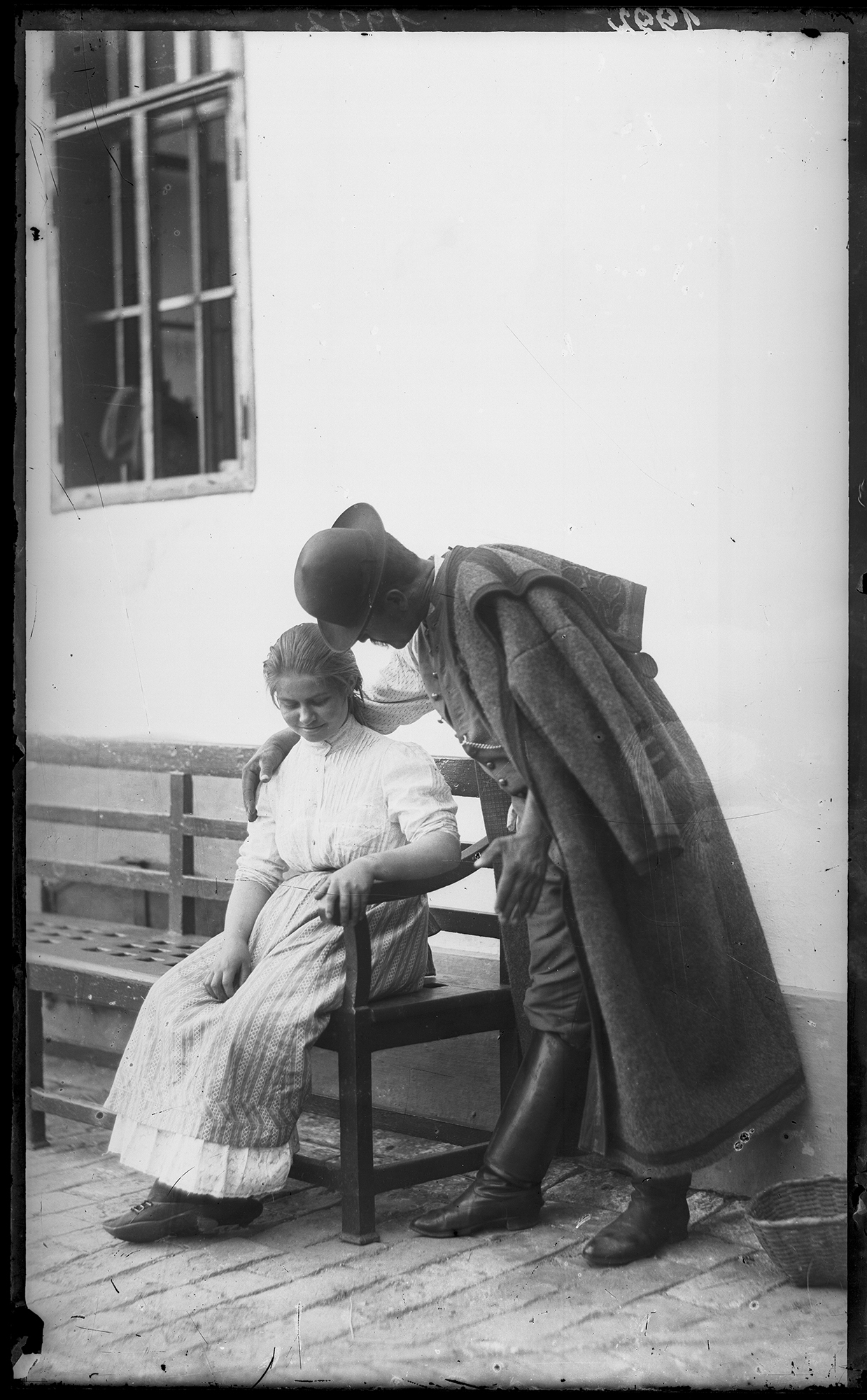Fotó: Plohn József: Ismeretlen fiatal parasztpárt ábrázoló, beállított felvétel. A férfi szűrt visel. © Tornyai János Múzeum gyűjteménye, Hódmezővásárhely