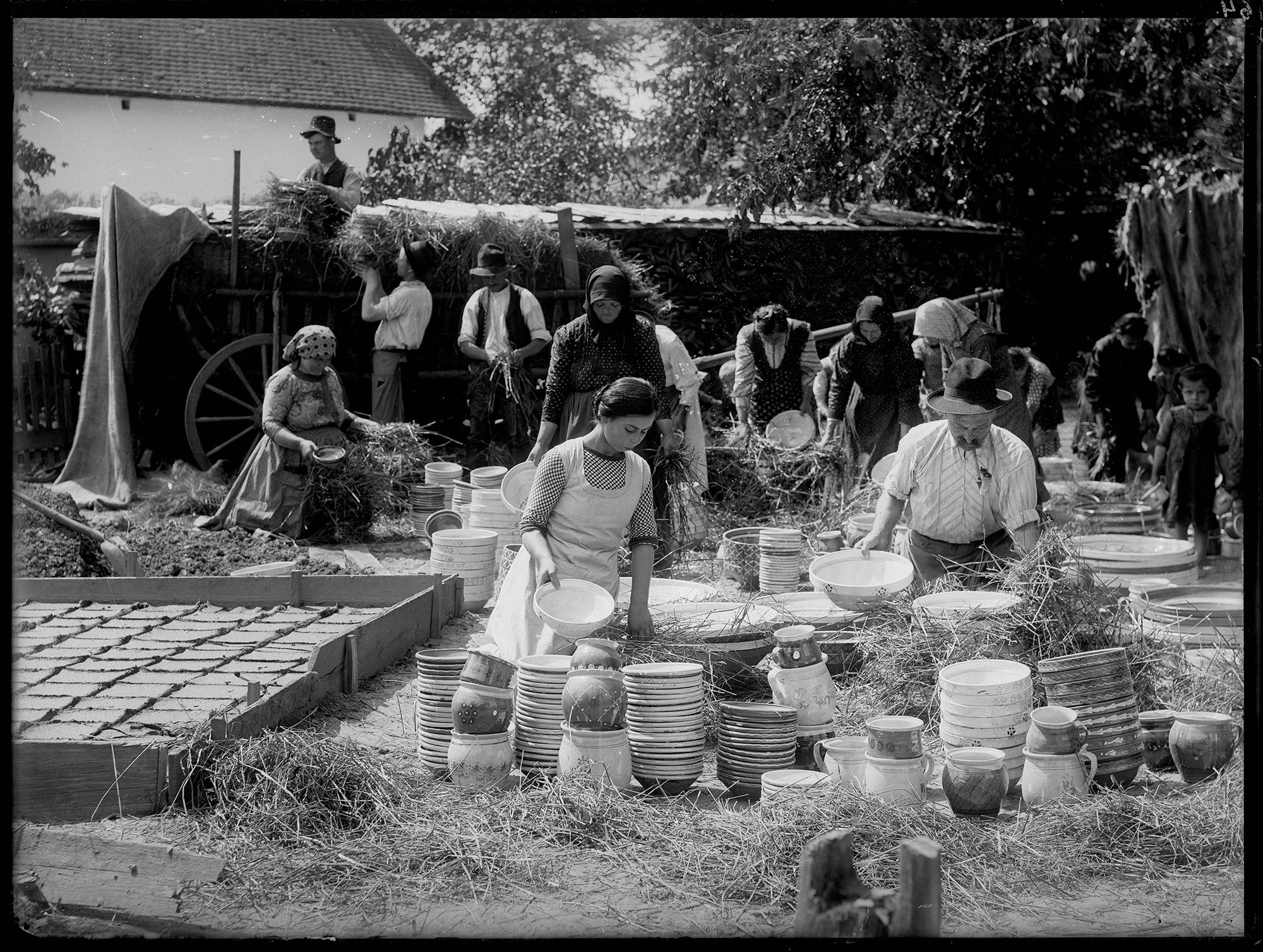 Fotó: Plohn József: Gazolás. A tálasedény előkészítése szállításra a Lázi-háznál a Kölcsey u. 56. sz. alatt. © Tornyai János Múzeum gyűjteménye, Hódmezővásárhely