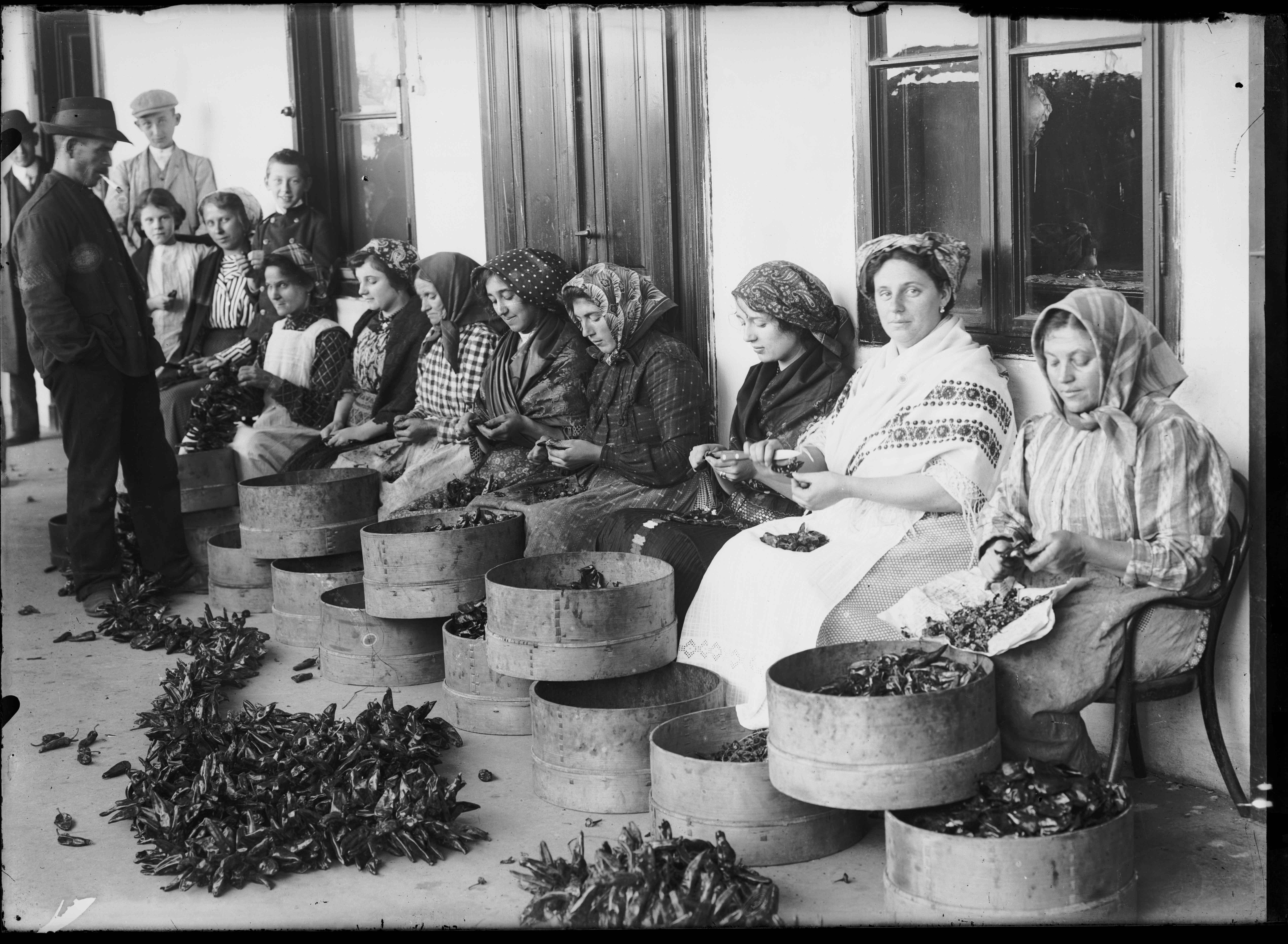Fotó: Plohn József: Fűszerpaprikát fűző asszonyok. © Tornyai János Múzeum gyűjteménye, Hódmezővásárhely