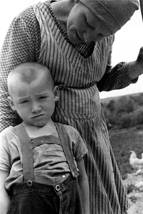 Fotó: Reismann János: Ukrán parasztasszony kisfiával, 1935 © Magyar Fotográfiai Múzeum