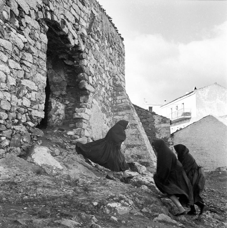 Fotó: Reismann János: Orune (Szardínia) (Asszonyok épület romjainál), 1959 © Magyar Fotográfiai Múzeum