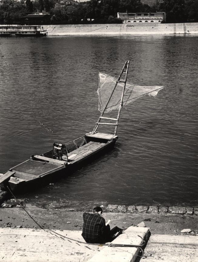 Fotó: Reismann János: Halászladik a pesti Duna-parton, 1966 © Magyar Fotográfiai Múzeum