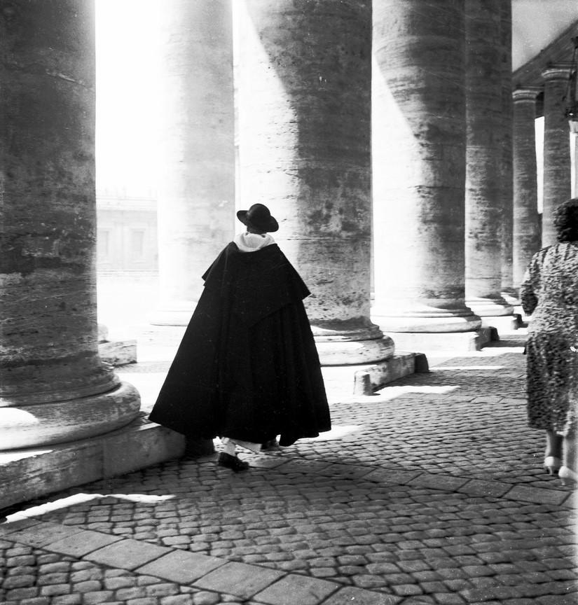 Fotó: Reismann János: Az árkádok árnyékában. Róma, Szent Péter tér. 1957 © Magyar Fotográfiai Múzeum