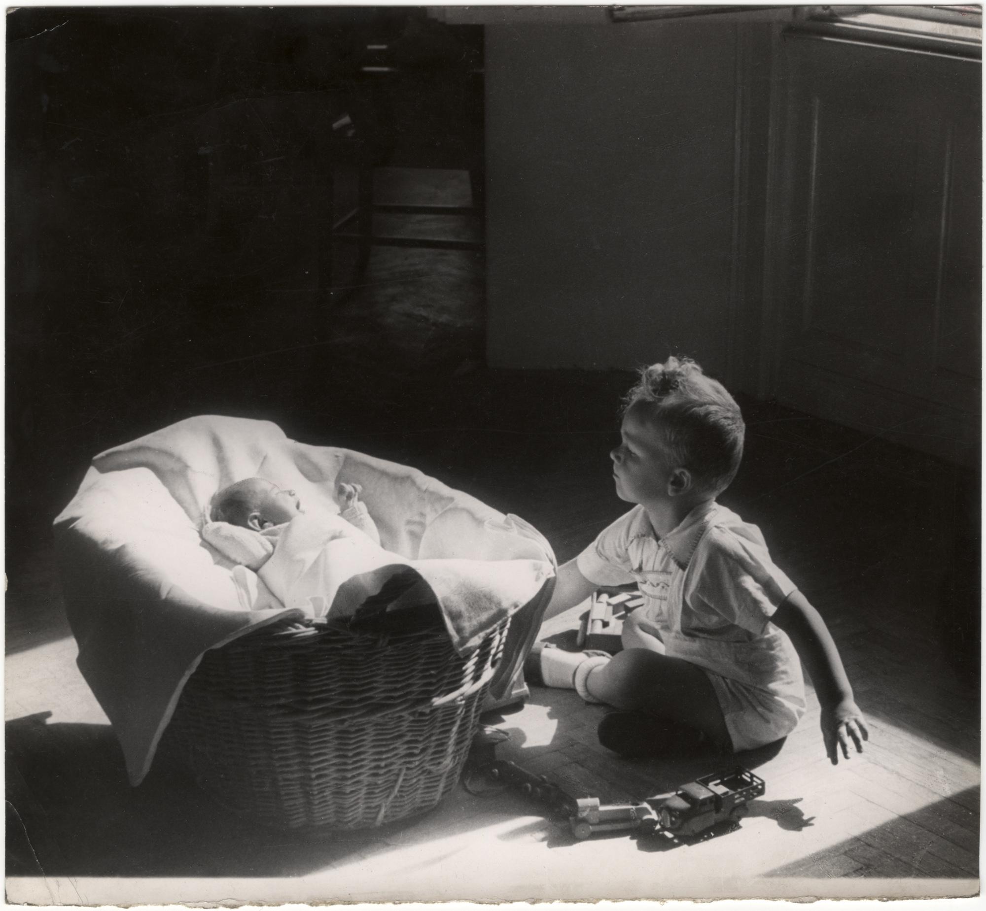 Fotó: Reismann Marian: Figyelem (csecsemõ kosárban, mellette kisfiú ül), 1960 © Magyar Fotográfiai Múzeum