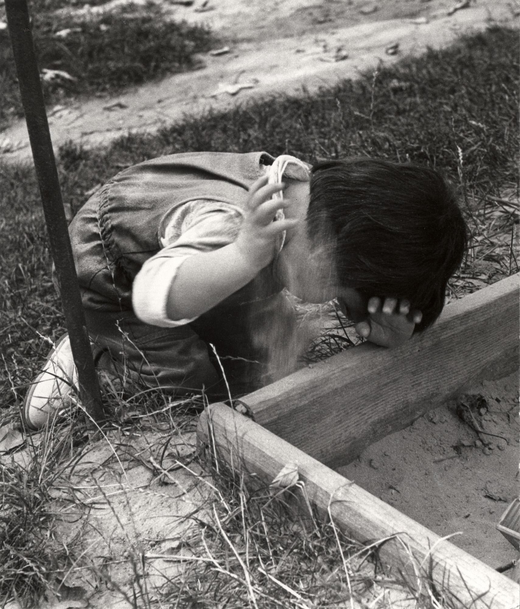 Fotó: Reismann Marian: Vak kislány hallgatja a homokot, 1979 © Magyar Fotográfiai Múzeum