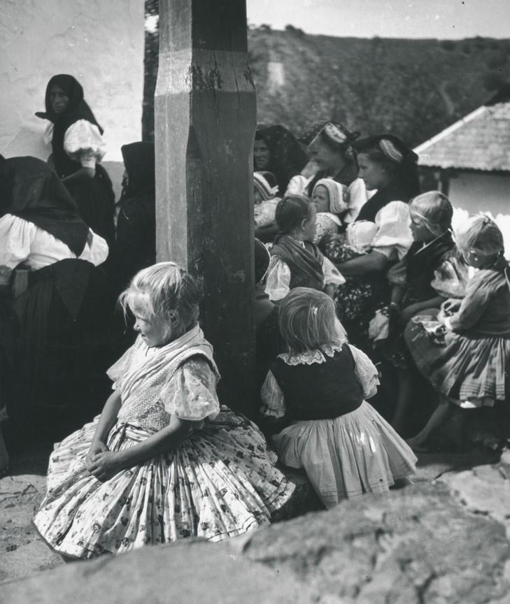 Fotó: Sugár Kata: Hollókői vasárnap, 1938 © Magyar Fotográfiai Múzeum