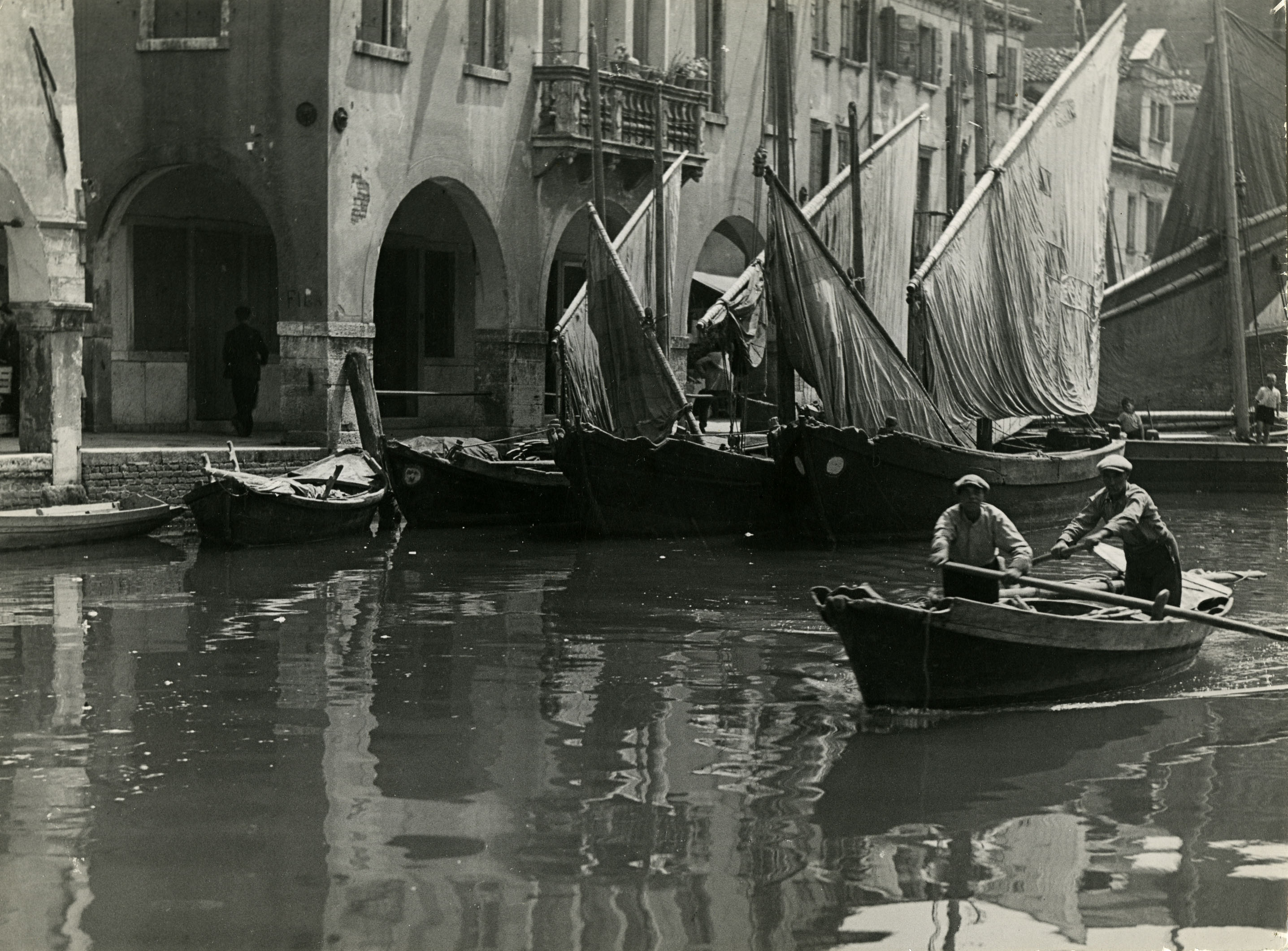 Fotó: Haller F.G.: Vitorlások a chioggiai kikötőben, 1938 k. © Magyar Fotográfiai Múzeum