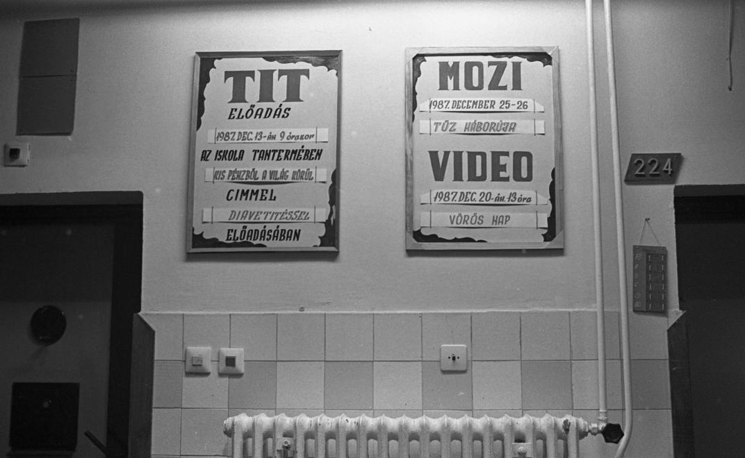 Fotó: Urbán Tamás: Márianosztrai Fegyház és Börtön, a zárkasor falára kifüggesztett kultúrprogram,1987 © Fortepan/Urbán Tamás