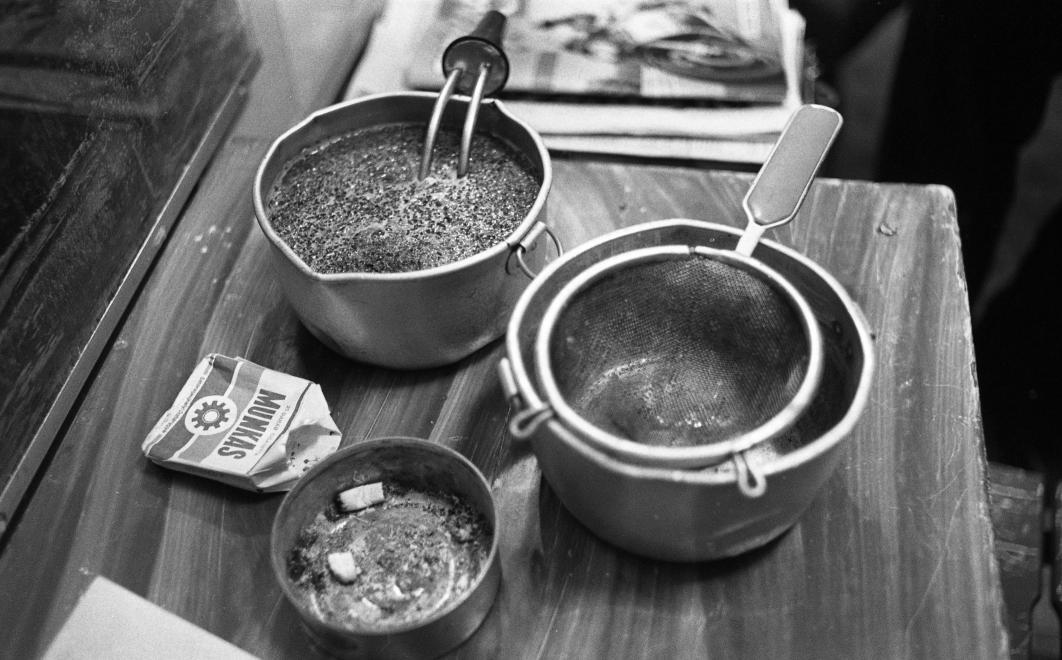 Fotó: Urbán Tamás: Márianosztrai Fegyház és Börtön, túladagolt tea (dobi) főzése merülőforralóval. 1987 © Fortepan/Urbán Tamás