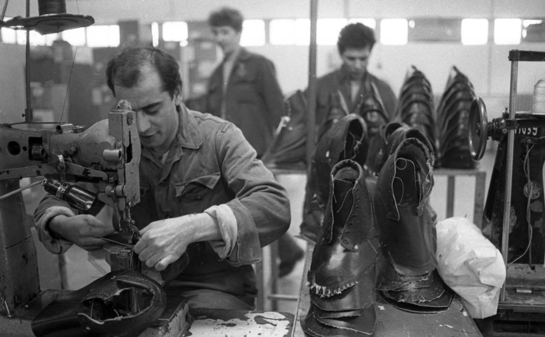 Fotó: Urbán Tamás: Márianosztrai Fegyház és Börtön, cipőfelsőrész varroda,  1987 © Fortepan/Urbán Tamás