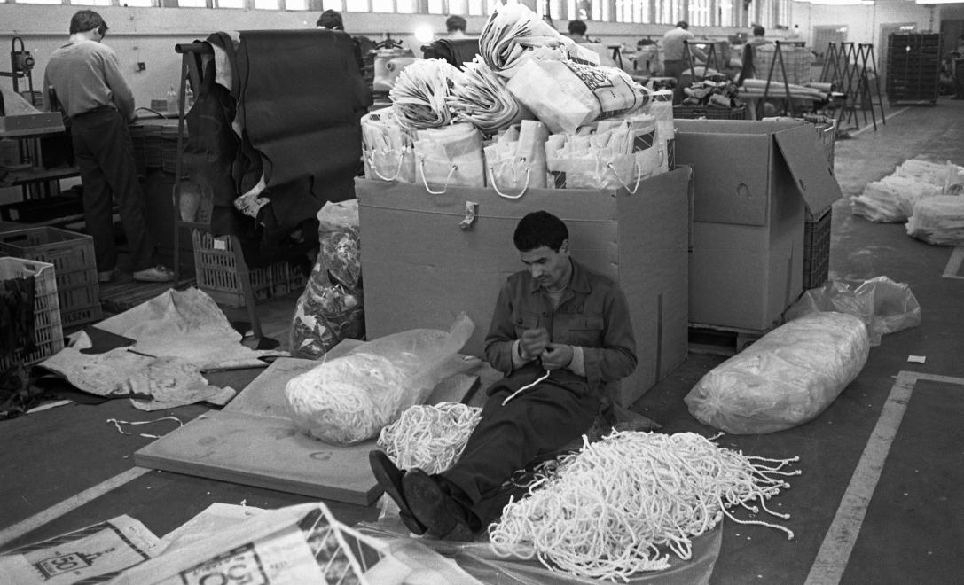 Fotó: Urbán Tamás: Márianosztrai Fegyház és Börtön, szatyorkészítő üzem,  1987 © Fortepan/Urbán Tamás