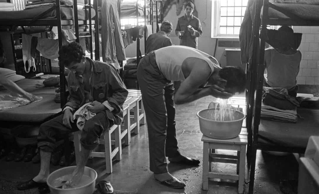 Fotó: Urbán Tamás: Márianosztrai Fegyház és Börtön, elitéltek tisztálkodnak a zárkában, 1987 © Fortepan/Urbán Tamás