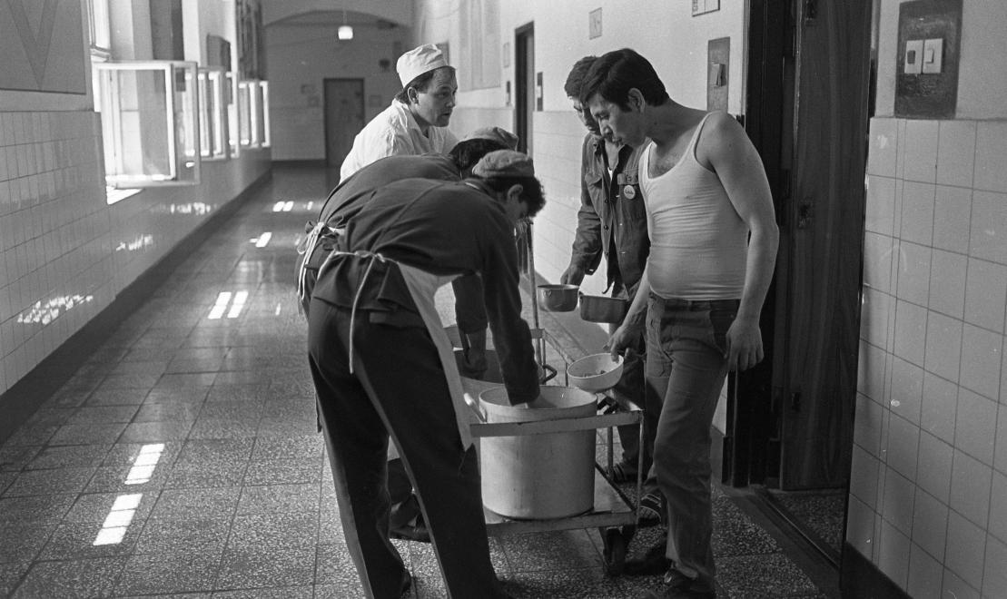 Fotó: Urbán Tamás: Márianosztrai Fegyház és Börtön, ételosztás, 1987 © Fortepan/Urbán Tamás
