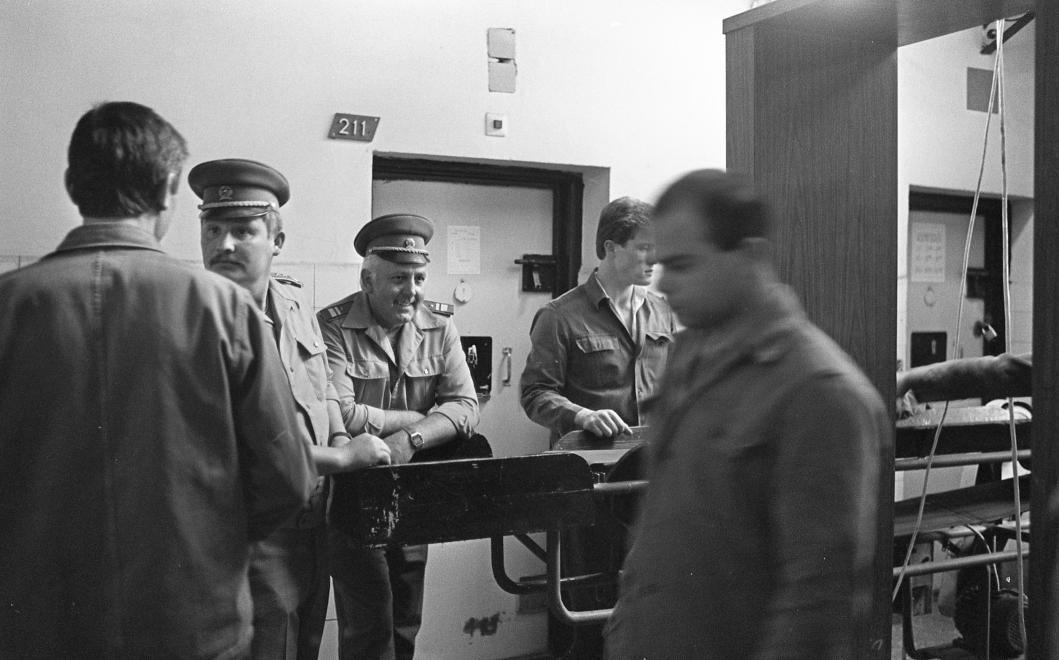 Fotó: Urbán Tamás: Márianosztrai Fegyház és Börtön, fémkereső biztonsági kapu, 1987 © Fortepan/Urbán Tamás