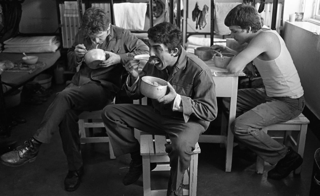 Fotó: Urbán Tamás: Márianosztrai Fegyház és Börtön, elítéltek étkezése a zárkában, 1987 © Fortepan/Urbán Tamás