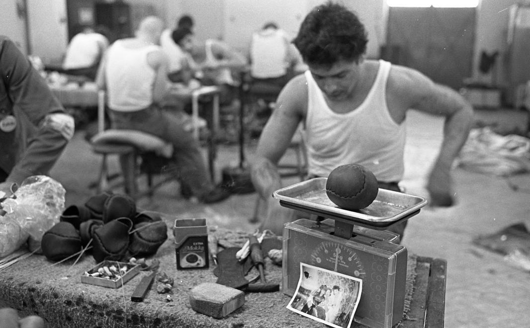 Fotó: Urbán Tamás: Márianosztrai Fegyház és Börtön, labdavarró üzem, 1987 © Fortepan/Urbán Tamás