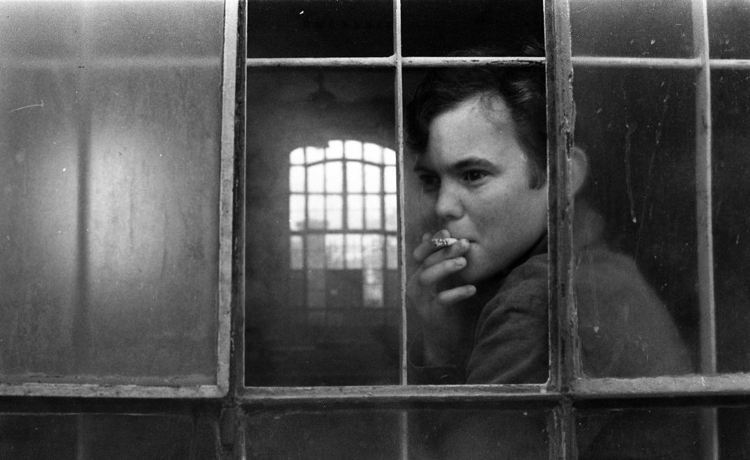 Fotó: Urbán Tamás:Művelődésügyi Minisztérium 2. sz. Fiúnevelő Intézet, cigarettaszünet a gépműhelyben., Aszód, 1973 © fortepan.hu