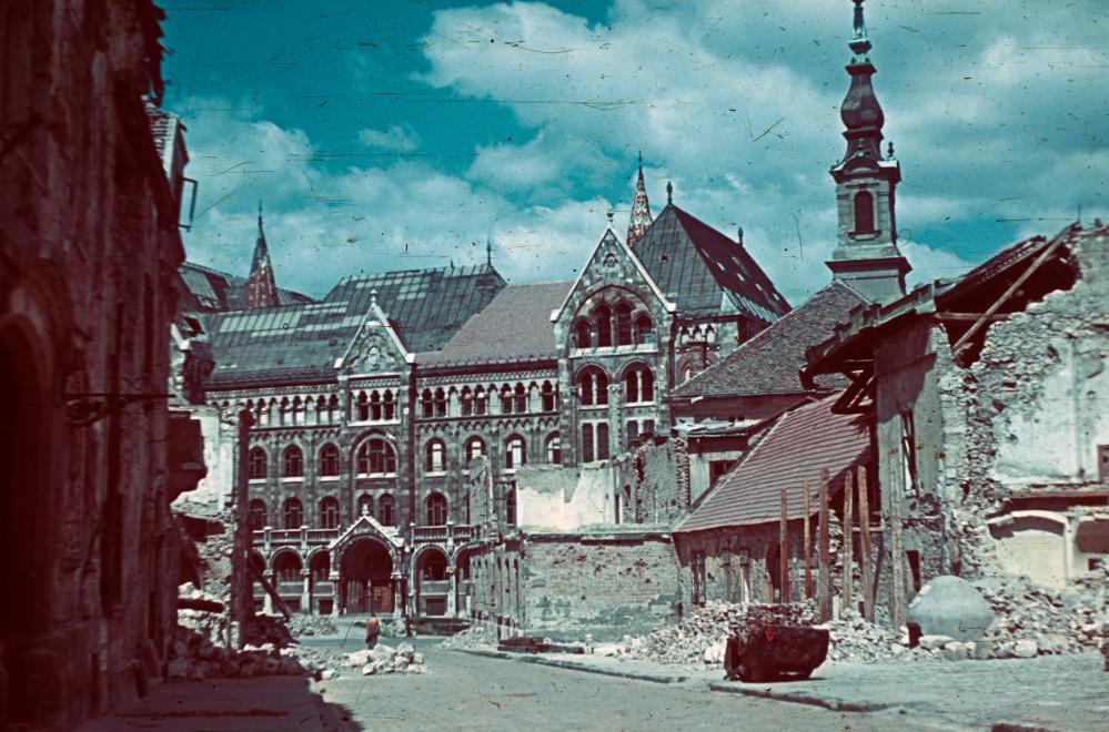 Fotó: Budai Vár, Fortuna utca a Bécsi kapu tér felé nézve, szemben a Magyar Országos Levéltár épülete, 1945 © Fortepan/Schermann Ákos