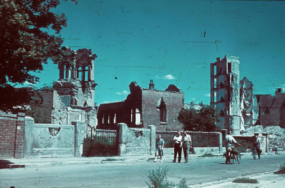Fotó: A Csörsz utca Alkotás utca és Győri út közötti szakasza. Balra a Vöröskereszt Erzsébet Kórházának lerombolt kápolnája, 1945 © Fortepan/Schermann Ákos