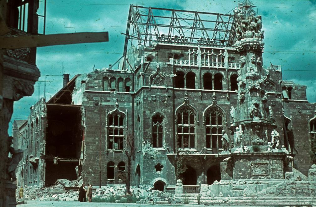 Fotó: Szentháromság tér, a Szentháromság-szobor mögött a Pénzügyminisztérium lerombolt épülete, 1945 © Fortepan/Schermann Ákos