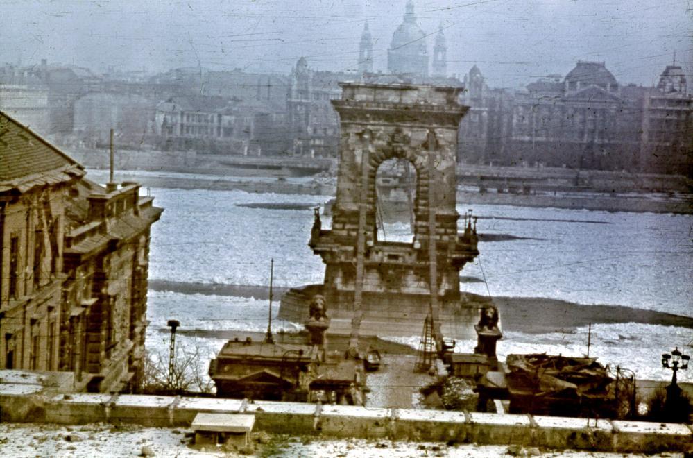 Fotó: A lerombolt Lánchíd az Alagút tetejéről nézve, 1945 © Fortepan/Glázer Attila