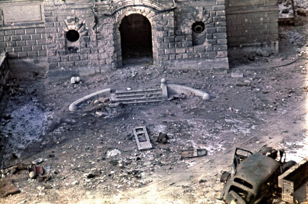 Fotó: Budai Vár, a romos Lovarda bejárata a Csikós-udvarban, 1945 © Fortepan/Glázer Attila