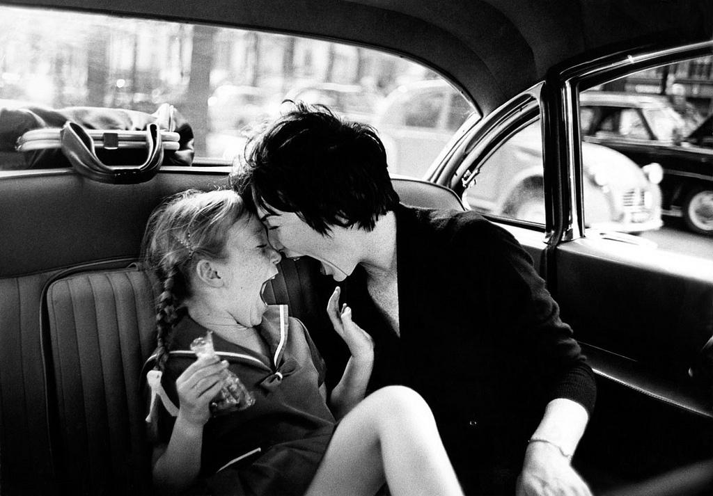leo-fuchsshirley-maclaine-with-daughter-paris-1963.jpg