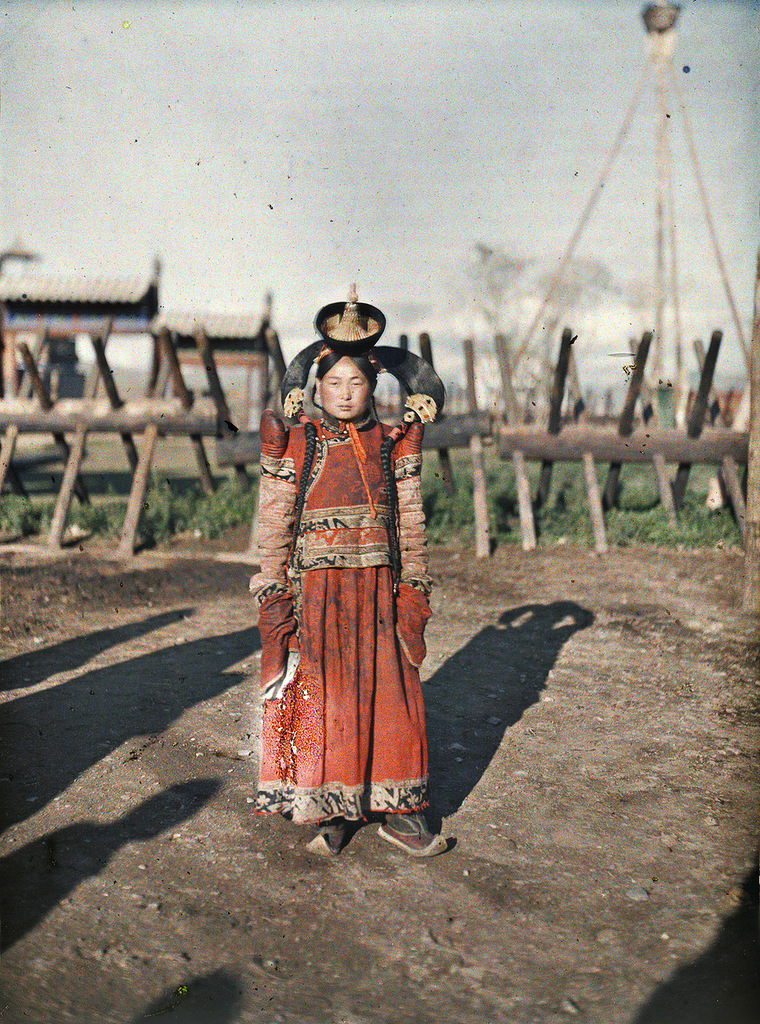 Fotó: Stéphane Passet: A married woman in Khuree, 1913 © Wikimedia Commons