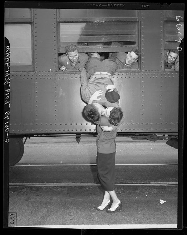 Fotó: A Kaliforniai Nemzeti Gárda egyik tagja búcsúzkodik feleségétől, 1950 © UCLA Library/Los Angeles Times
