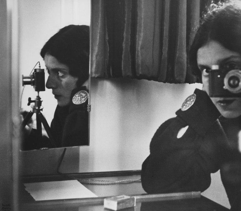 Fotó: Ilse Bing: Self-portrait in Spiegeln, 1931 © Leica Camera AG