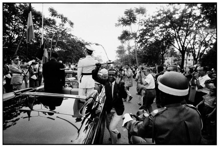 Fotó: Robert Lebeck: The stolen sword, Belgian Congo Leopoldville, 1960 © Robert Lebeck/ Leica Camera AG