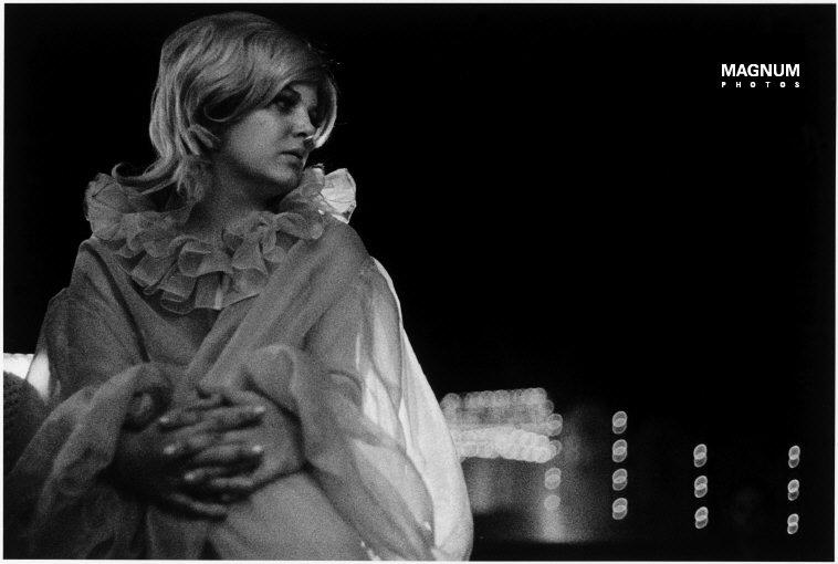 Fotó: Susan Meiselas:  Barton, Vermont. Tami a közönségre vár, 1974 © Susan Meiselas/Magnum Photos