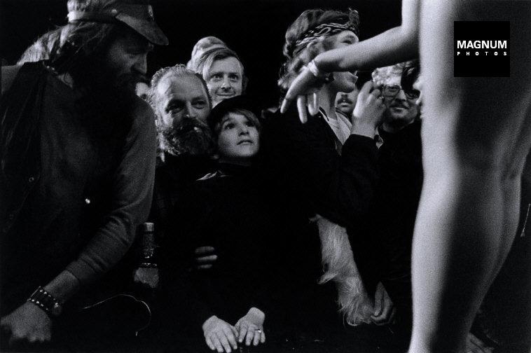 Fotó: Susan Meiselas: Tunbridge, Vermont. Az előadás előtt, 1974 © Susan Meiselas/Magnum Photos