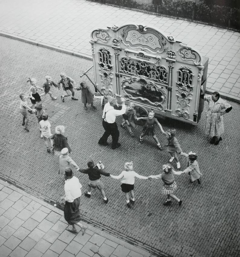 street_organ_with_dancing_children_1958_amsterdam_henk_jonker.JPG